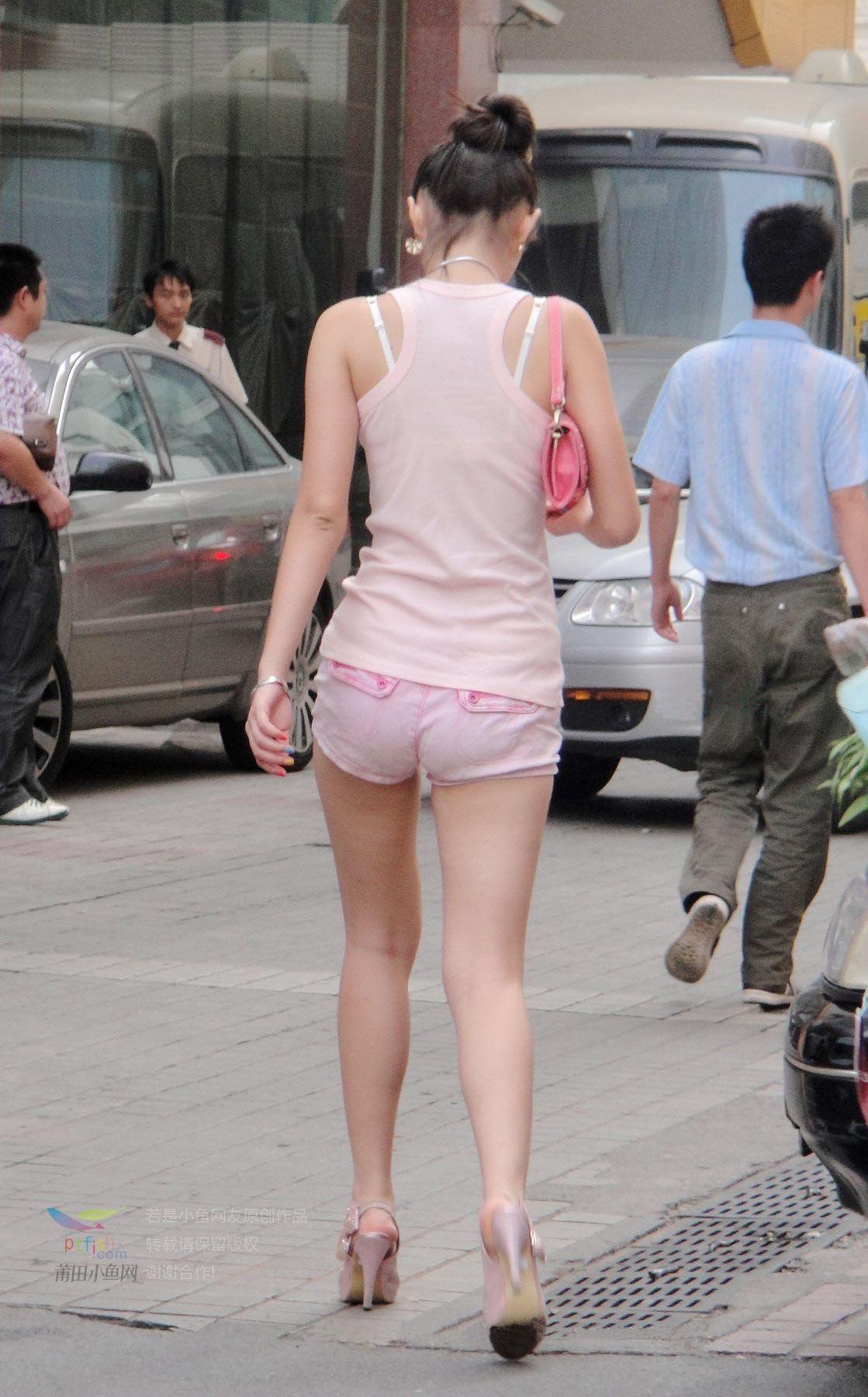 街拍少女粉色小热裤超短超性感
