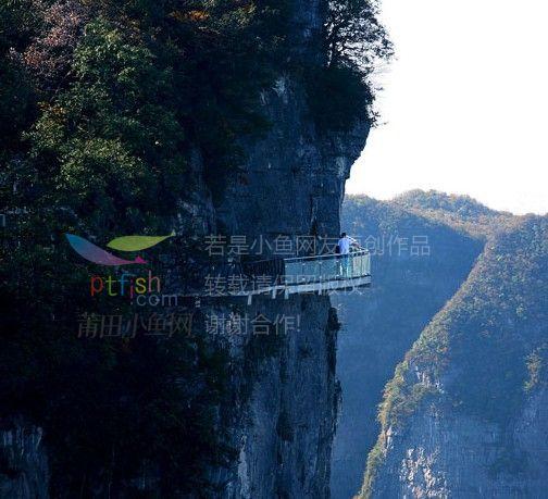 为了让游客零瑕疵的透过玻璃桥看到美丽的风景,上桥的游客均要求戴上