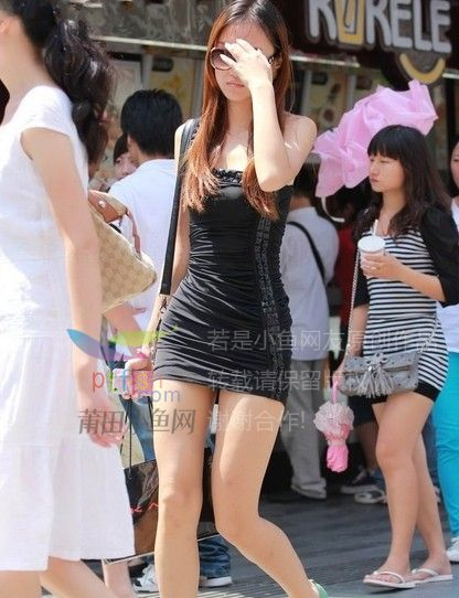 街拍紧身包臀超短裙女郎,好细的小腰图片