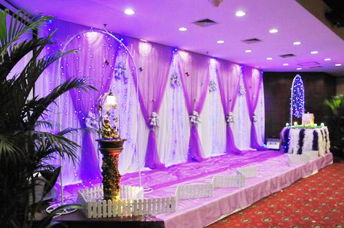 紫色婚礼现场布置之紫色纱幕