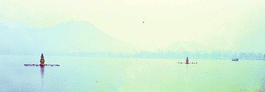 近景三潭印月,中景苏堤,远景北高峰.