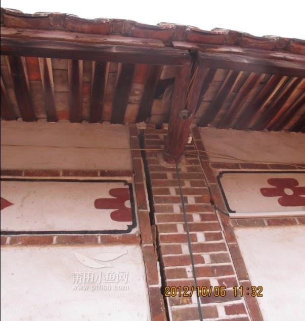 我家住房为两层老式结构的土砖瓦房结构(三厢四房一厅),建房至今有30多年,手续齐全。我家住宅周围片区地势较低,每次大暴雨后必水涝成灾,西侧地基严重下陷,房屋出现了许多裂缝,屋顶和楼板整体开裂,南面、北面墙体呈现对称式裂开,西侧墙体向外倾斜,横梁霉烂脱节,房顶、墙体透亮,瓦片脱落,目前房屋已经摇摇欲坠、险象环生,无法进行安全加固、修缮,已成了危房,不但危及全家人生命安全,同时也危及邻居及过往路人。雨季将临,房子岌岌可危,倒塌之日屈指可数,后果不堪设想。目前,全家人都不敢在家居住,有房不能居、有家不能回。