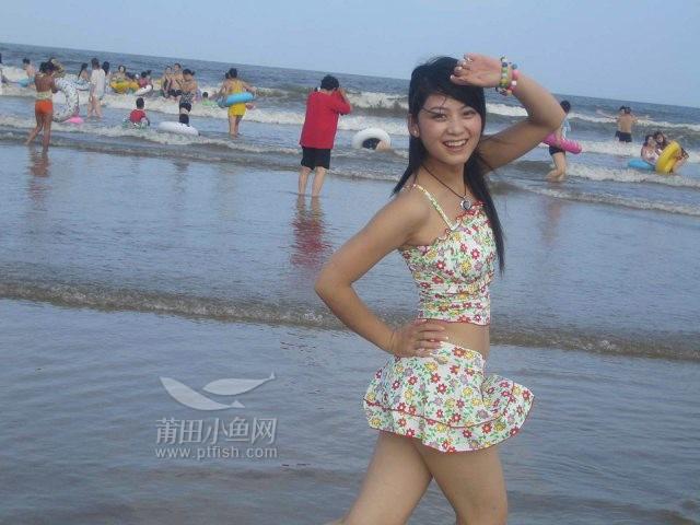 美女海边背影喝茶图片