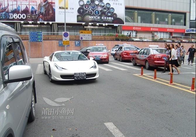 深圳游玩街头巧遇豪车 风尚男女图片
