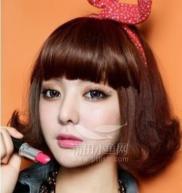 翘的卷发发尾独特可爱又很浪漫,是职场女生的首选,齐刘海修饰娃娃脸型