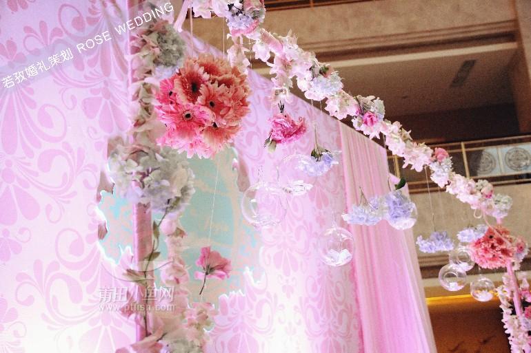 迎宾区欧式背景 粉红色布幔打底,再加上前段的粉红色花门,复古又小