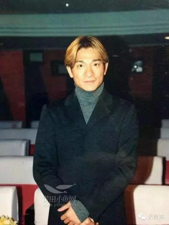 想当年天王刘德华,略显稀疏的中分短发造型,也是潇洒有型,不知道
