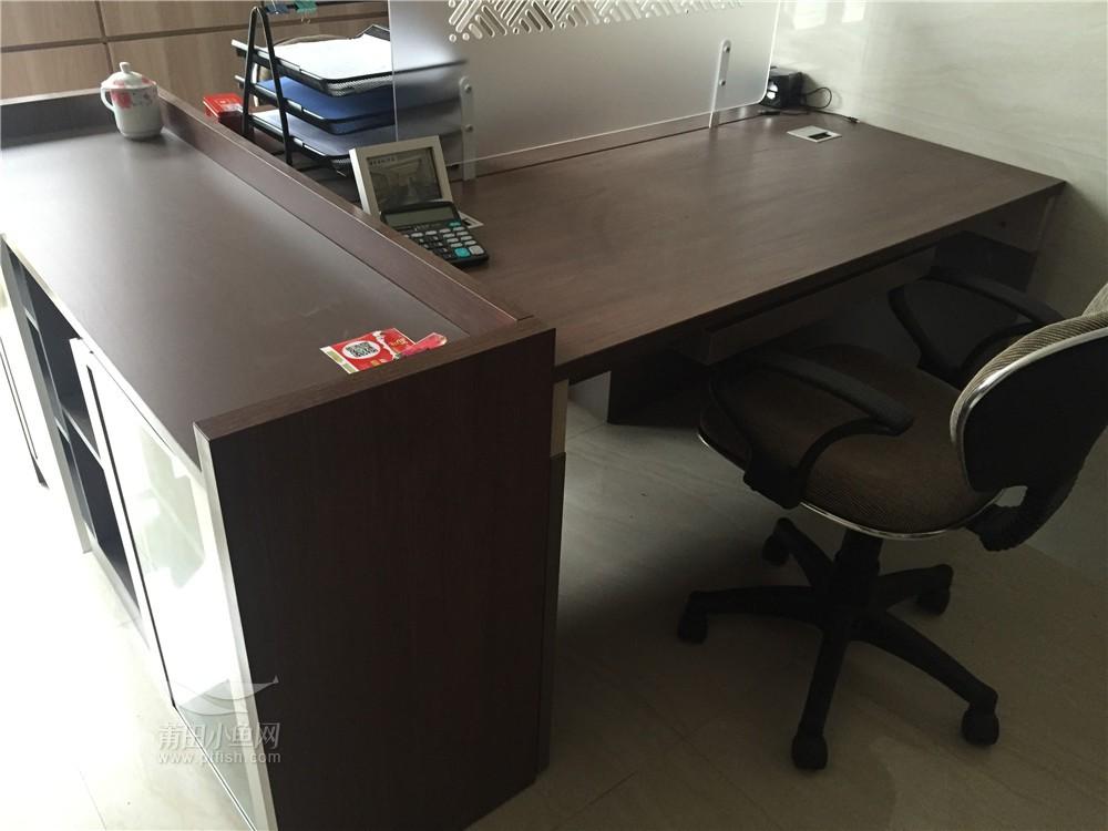 坐6人办公),进门公司形象墙,总经理室,财务室(目前摆放两套双层铁架床