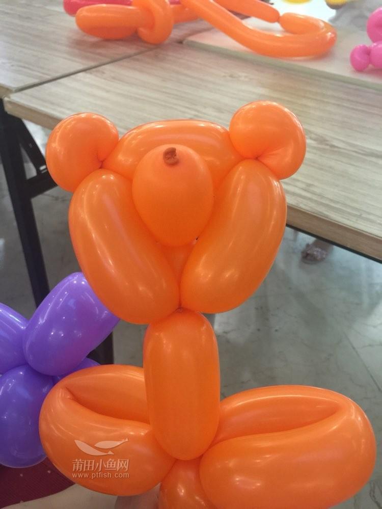 联创国际广场DIY气球活动 昨天下午四点到五点半是活动的最后一天,冒着大风大雨跑来玩也真是没谁了。不过人虽少来参加活动的孩子们还是格外的高兴,眼看着一根根细长条的气球在小丑的手里妙手生花,瞬间就变成栩栩如生的小熊、小狗、小花、宝剑,他们都忍不住的尖叫着:我也要,我想学。孩子们目不转睛的跟着小丑老师一步一步的学着,生怕漏了哪个步骤手中的气球就变不成可爱的小狗小熊了,那认真的样子似乎完全忘了一旁陪伴着的父母。 不得不提那个小丑老师还是挺有耐心的,一个步骤一个步骤慢慢的教着孩子们,真的是不落下任何一个孩子