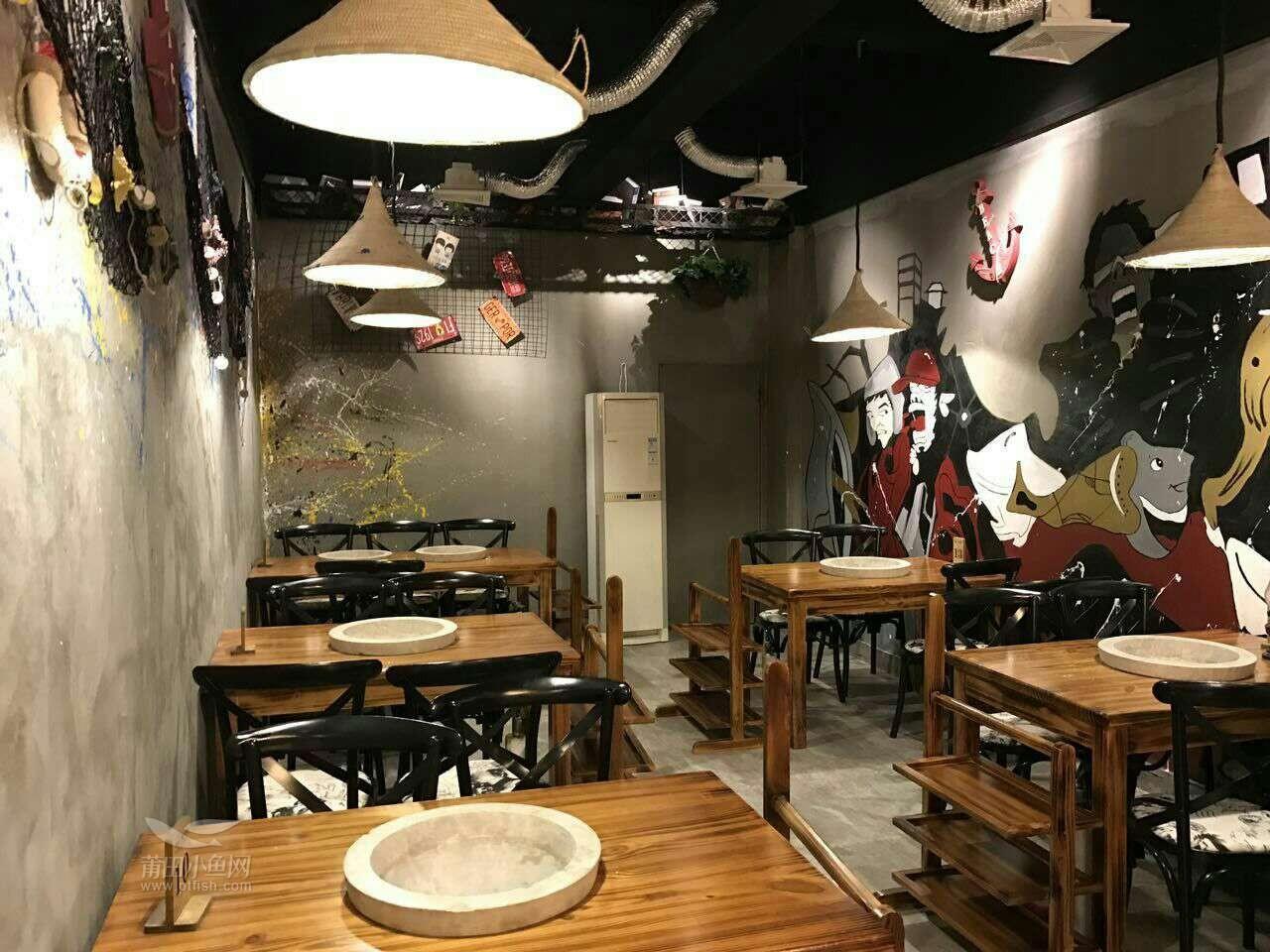 还有,工业风装修加上画风各异的墙绘,给人感觉似咖啡馆又似时尚酒吧