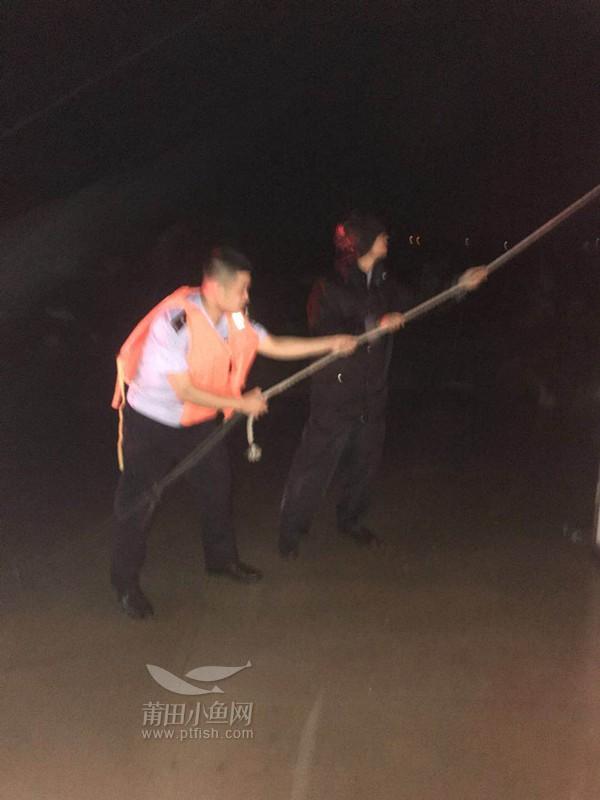凌晨4时,南曰派出所民警与镇干部在浮叶码头巡查;并帮助渔民固定木屋。.jpg