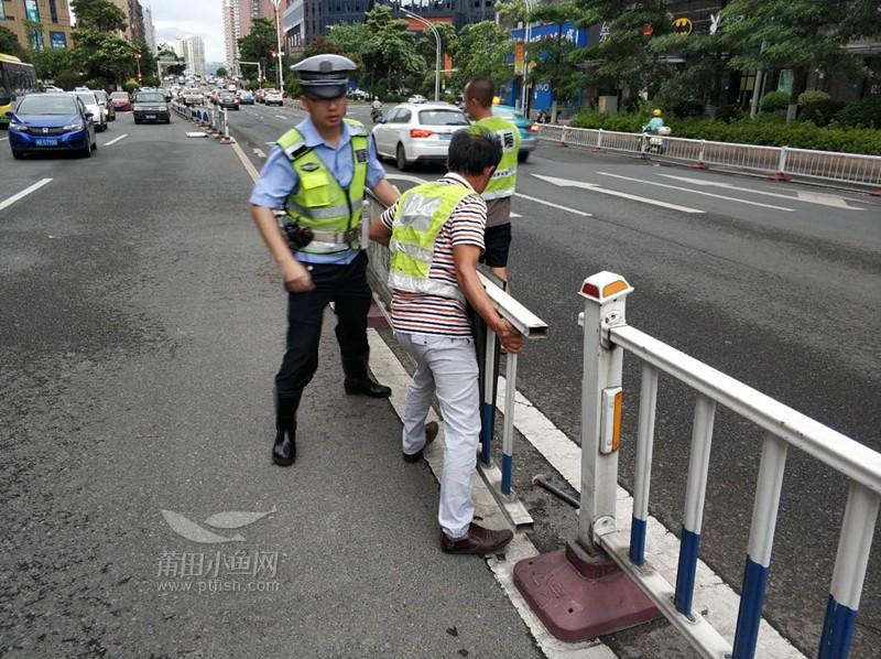 二组配合修护栏人员维修受台风影响的护栏.jpg
