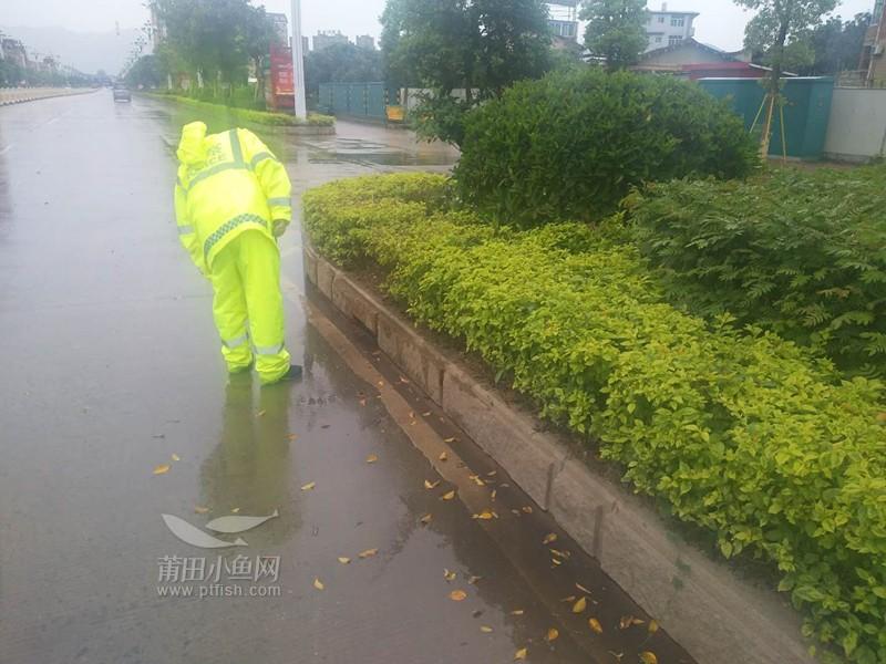 三组巡逻翔安北街,检查排水口是否被堵塞.jpg